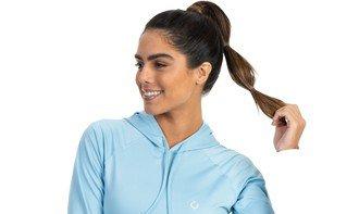 detalhe da camisa feminina termica com capuz